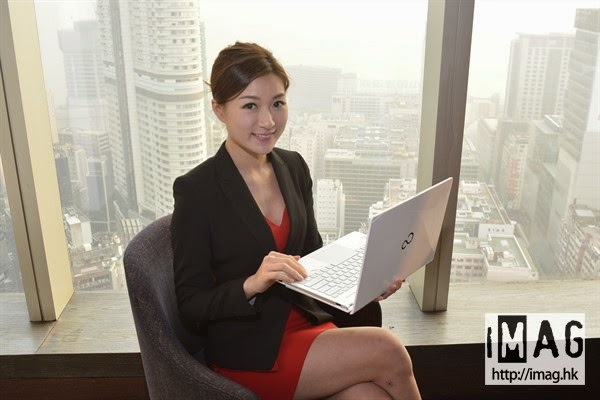 Fujitsu LIFEBOOK S935 в руках красивой японки